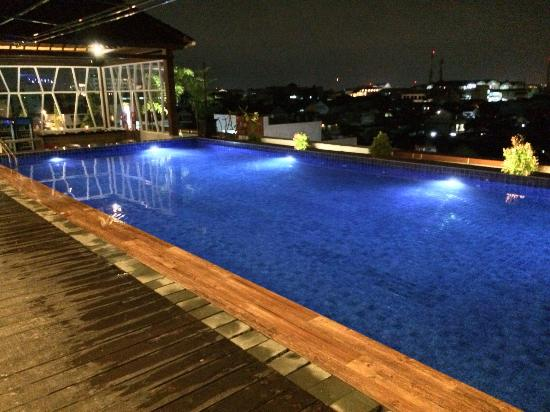 rooftop-swimming-pool